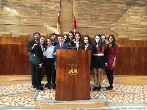 Mabel (far right) with her students at a Madrid government building for the final rounds of Model UN
